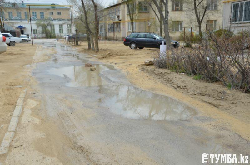 В Актау канализационные воды топят дворы нескольких домов в 3 микрорайоне
