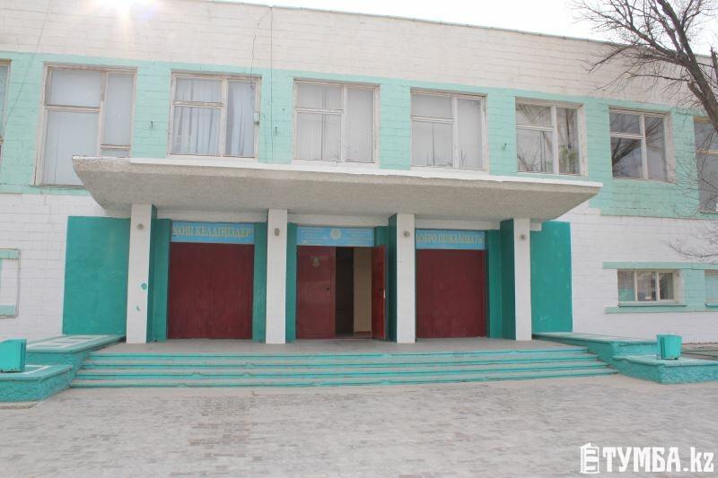 В Актау ученики вынуждены заходить в школу №7 с черного входа