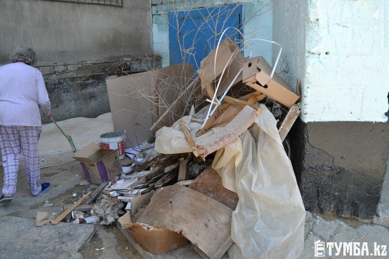 Жители 8 микрорайона Актау выбрасывают вещи, кишащие клопами