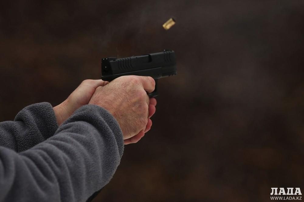 Мужчина напугал посетительницу актауского кафе игрушечным пистолетом