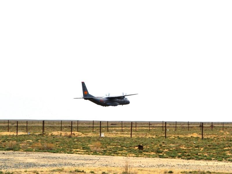 В Мангистауской области совершил посадку самолет С-295 на взлетную-посадочную полосу ограниченного размера