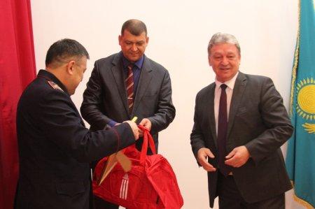 Глава мангистауской полиции поздравил двукратную чемпионку по боксу Жанну Баскаеву со спортивным достижением