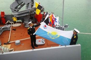 На новом корабле «Алатау» в Актау поднят военно-морской флаг ВС РК