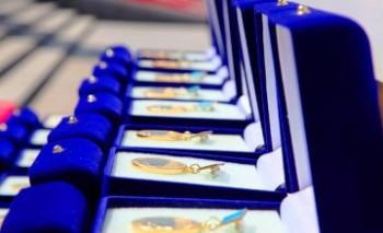 Аким Мангыстауской области вручил лучшим выпускникам знаки «Алтын белгі»