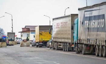 В Баку скопились сотни грузовиков, ожидающих погрузку на паромы в Актау