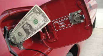 Бозумбаев рассказал, когда снизят цены на бензин