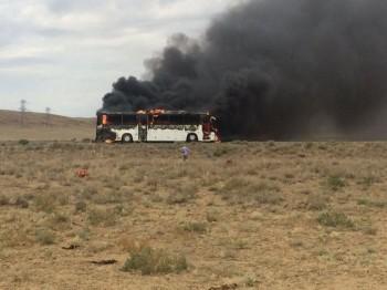Пассажирский автобус сгорел на трассе Актау-Каражанбас