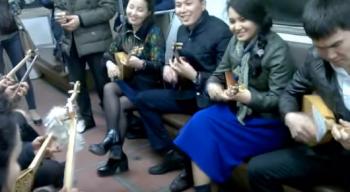 Казахстанские домбристы порадовали пассажиров Московского метро