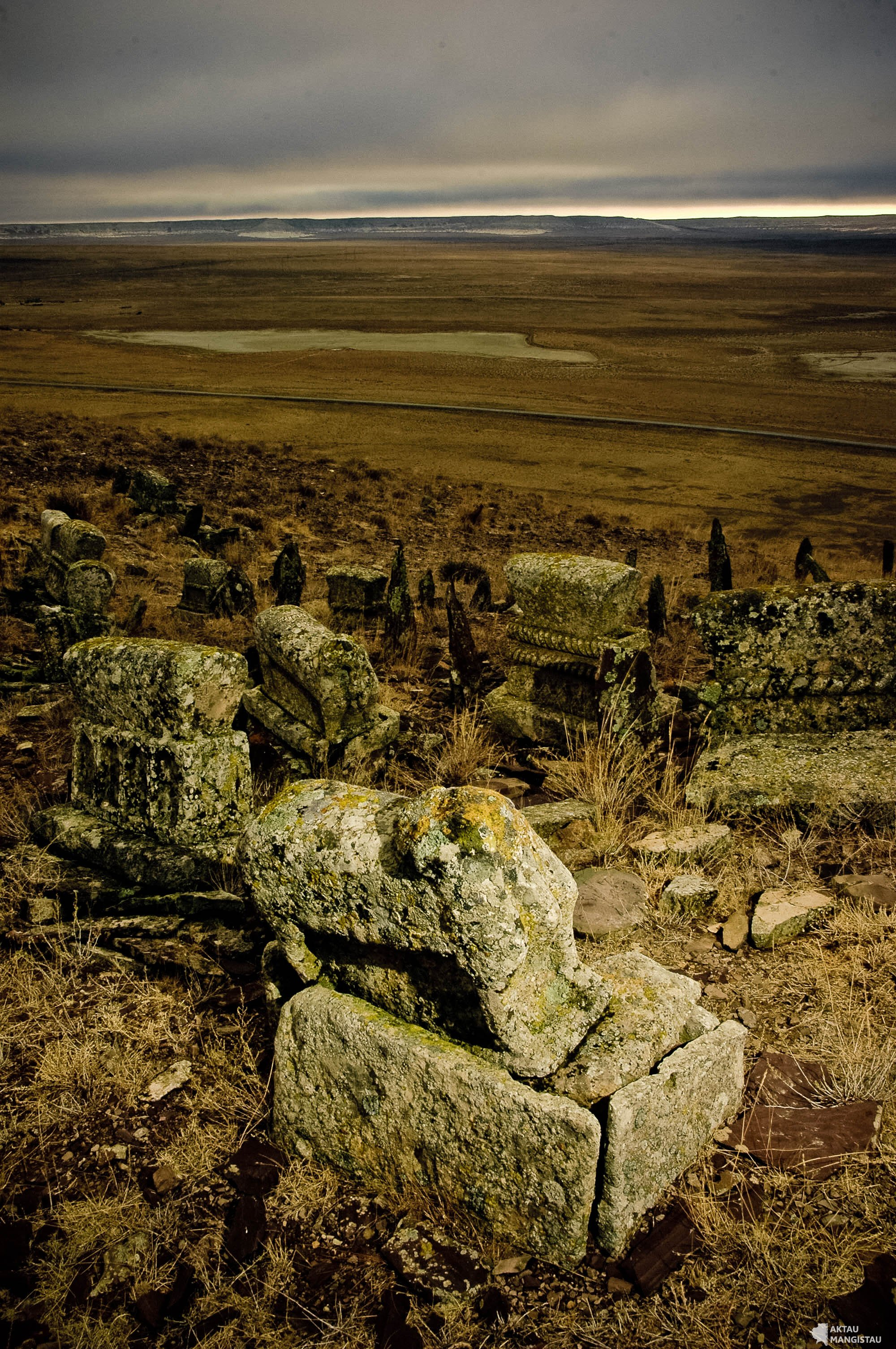 На вершине скалистого холма у отрогов Западного Каратау, в семи километрах от поселка Таучик, находится своеобразный некрополь Данышпан Ата. Более сотни памятников располагается на территории некрополя, в основном надгробия малой формы, койтасы.