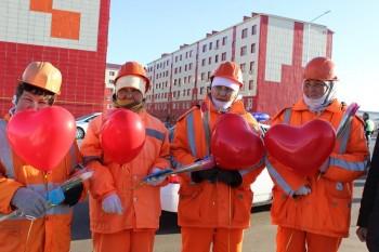 Коммунальщиков Актау поблагодарили цветами и шоколадом за чистоту улиц
