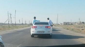 Мангистауские участники свадебного кортежа прокатились с ветерком на дверцах авто