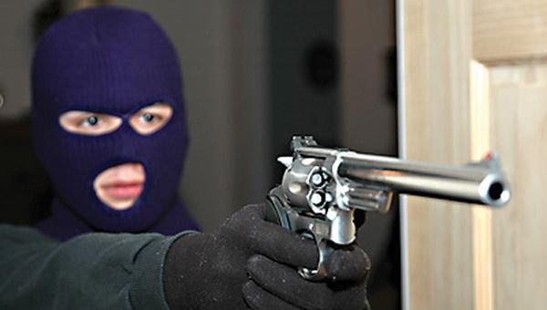 В Жанаозене грабители ранили из пистолета двух посетителей букмекерской конторы