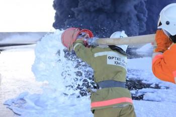 В Мангыстау выясняют причины крупного пожара, бушевавшего в амбаре с нефтеотходами (ФОТО)