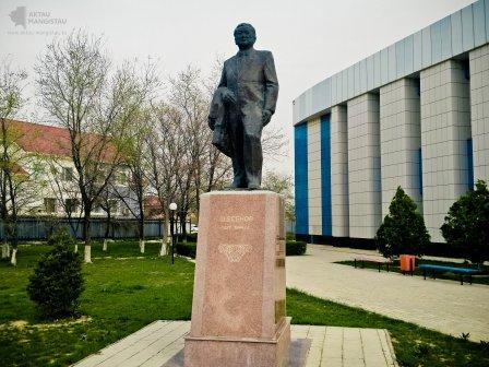 Памятник Шахмардану Есеновичу Есенову