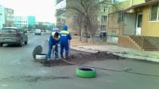 В Актау коммунальщики замуровали канализационный люк асфальтом