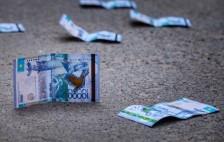 В Актау появились фальшивые десятитысячные купюры