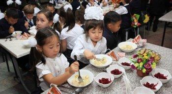 Бесплатное питание в школах отменили в Казахстане