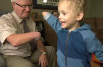 Мир тронуло ФОТО встречи усыновленного казахстанского мальчика без руки с безруким дедушкой из Канады (ВИДЕО)