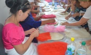 В Актау женщин из села обучают войлоковалянию